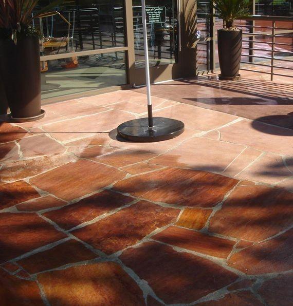 רצפה שעוברת טיפול עם סילר , חלק עם וחלק בלי - רואים את ההבדל