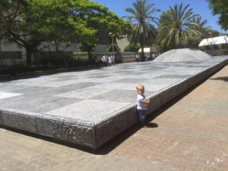 """אנדרטה לזכר ילדי השואה -1 מיליון גולות מודבקות ללוח רצפה  15 מ""""מ"""